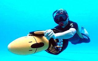 buceando con scooter submarino
